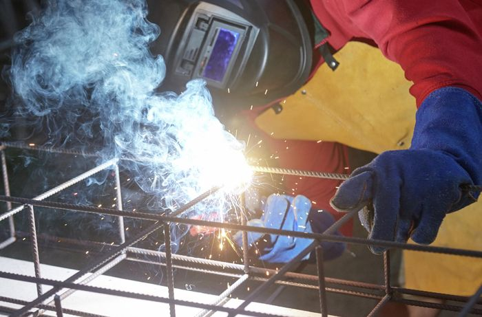 Welding one sheet of wire mesh to the spokes of another sheet of wire mesh below