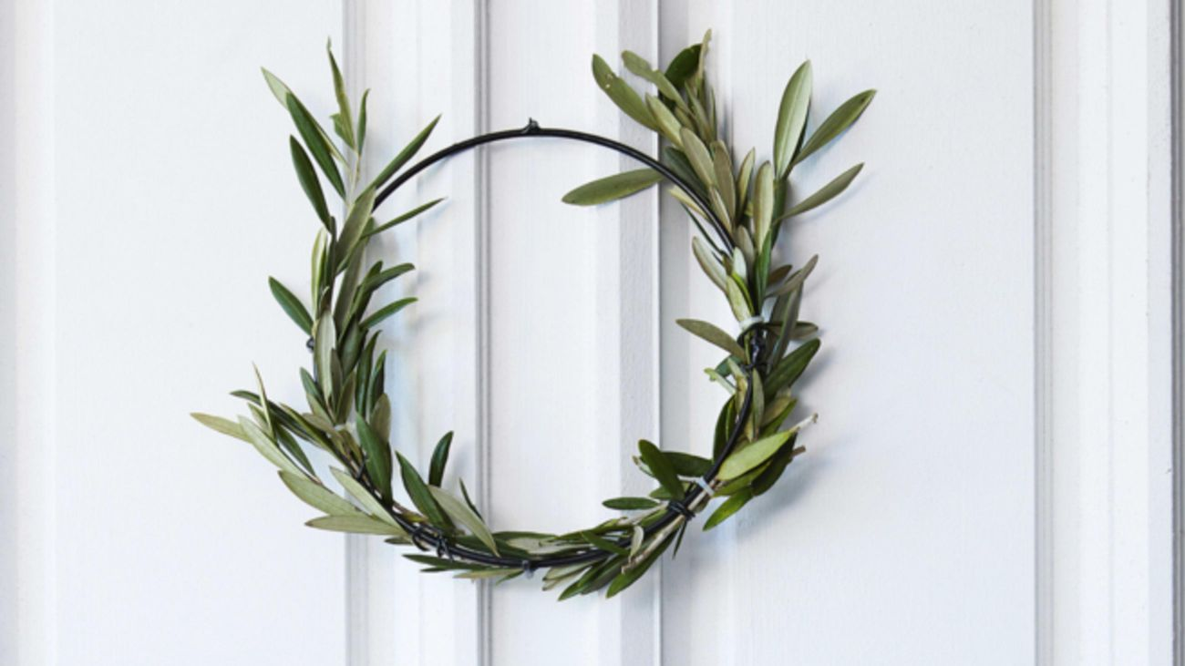 Christmas wreath made from green leaves.