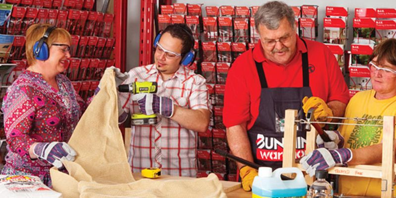 Bunnings team member and customers at in-store D.I.Y workshop.