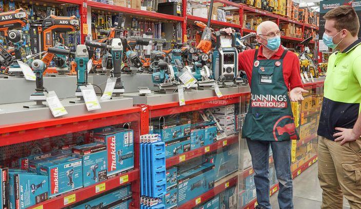 Bunnings team member helping customer in the toolshop.