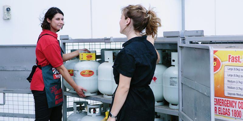 Bunnings team member helping customer with Gas Swap.