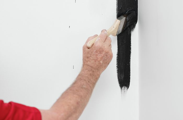 Painting the edges of a wall with a brush