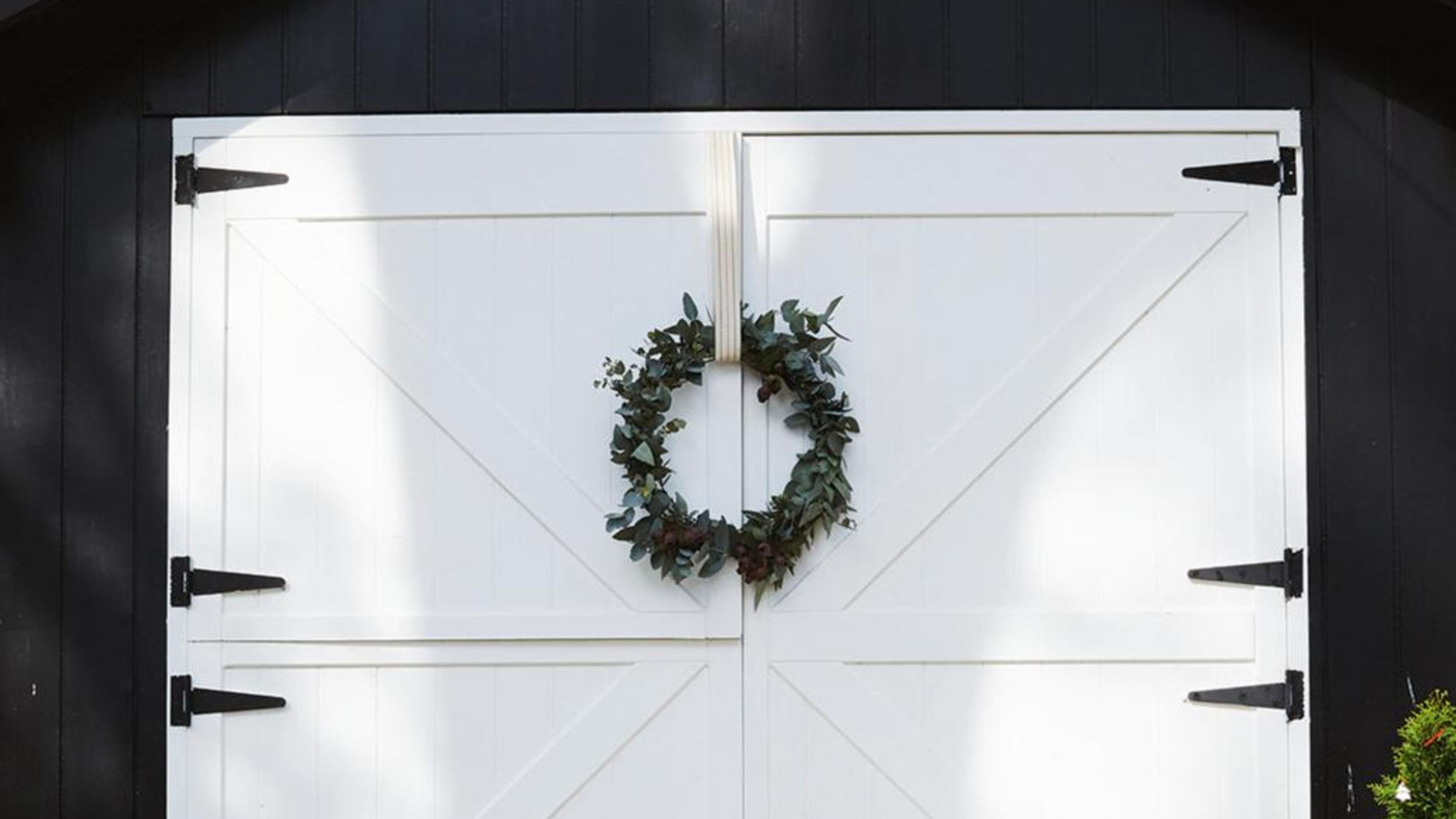 Christmas wreathe on stable door.